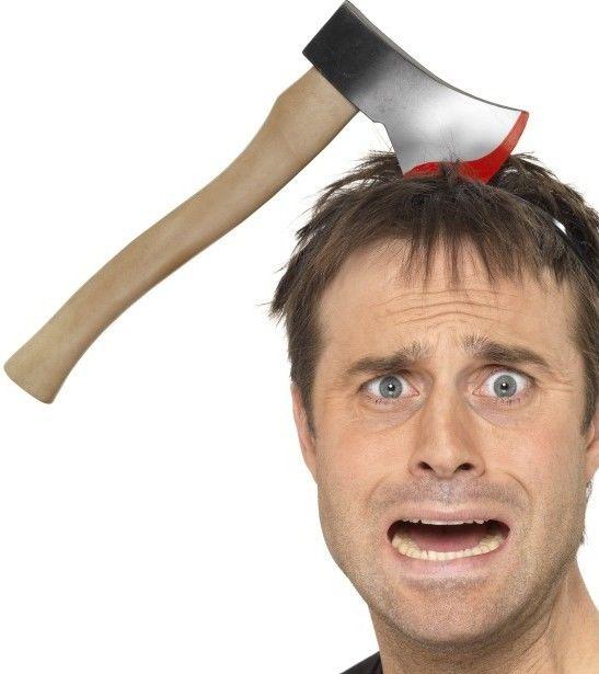 Sekyra zaseknutá v hlavě